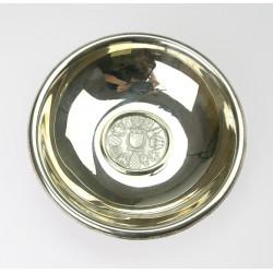 Stříbrná miska s mincí