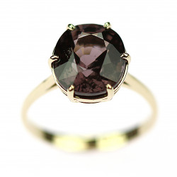 Gold ring with spinel