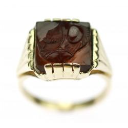 Zlatý prsten s kamejí vojáka