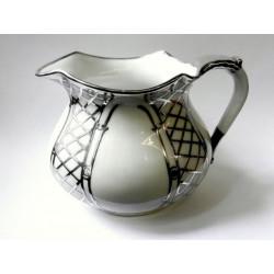 Džbán se stříbrnou dekorací