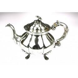Stříbrná konvice na čaj