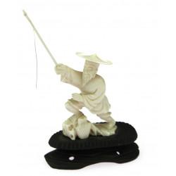 Soška ze slonoviny - rybář