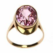 🇨🇿 Prsten vyrobený v 60. letech 20. století z růžového zlata a přírodního ametystu. . 🇬🇧 Ring made in the 60s of the 20th century from rose gold and natural amethyst. . . .  5 000 Kč / 189 € . . . #starozitnesperkyspribehem #ruzova #prague #jewelry #cinolterantique #ametyst #antiques #amethyst #ring #starozitnosti #sperky #retro #instagood #goldsmith #nature #vanityfairvintage #igerscz #antiquescinolter #prsten #staremesto #krasa