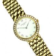 Dámské náramkové hodinky značky Patek Philippe, vyrobené z 18karátového žlutého zlata. Ciferník mají osázený diamanty. . . Women's wristwatch by Patek Philippe, made of 18k yellow gold. The dial is surrounded with diamonds. . . . . #zlatehodinky #hellofebruary #2021 #antique #historie #prague #slowfashion #cinolterantique #patekphilippewatch #patekphilippe #damskehodinky #starozitnosti #naramkovehodinky #diamonds #goldsmith #heartbeat #prague #zlato #yellowgold