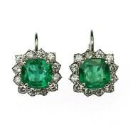 """ZLATÉ NÁUŠNICE SE SMARAGDY A BRILIANTY ~~~~  180.000,-   Zářivé náušnice vyrobené z bílého 14karátového zlata zdobené přírodními smaragdy a diamanty.  Centrální kameny - smaragdy, jsou vysoké kvality. Mají zářivě sytou modrozelenou až zelenou barvu, brus čtvercového polštářku tzv. """"cushion square cut"""", jsou přírodní bez plniva, původem ze Zambie. Jednotlivé váhy činí 1,81 ct a 1,55 ct. Rámeček kolem smaragdů tvoří 24 diamantů briliantového brusu o celkové váze 0,69 ct, barvě G-H a čistotě VS-Si.   #smaragdovakrasa #emerald #emeraldsearrings #diamonds #gemstonejewelry #jewellery #antiquescinolter #prague #comevisit #visitprague #lovejewelry"""