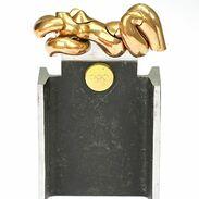 """🇨🇿 Umělecký objekt z obecného kovu a bronzu, který má i funkci hlavolamu. Navrhl jej pro Preciosu roku 1999 španělský umělec Miguel Berrocal. Miguel Berrocal (1933-2006) byl oceňovaný španělský figurální a abstraktní sochař. Proslavil se svými skládanými sochami tzv. """"puzzle"""", které mohou být rozebrány do mnoha kusů. Tyto sochy mohou být provedeny v miniaturním měřítku, a to i jako šperky. A i v tomto případě se jedná o malý hlavolam. . . 🇬🇧 An art object made of base metal and bronze, which also has the function of a puzzle. It was designed for Preciosa in 1999 by the Spanish artist Miguel Berrocal. Miguel Berrocal (1933-2006) was an acclaimed Spanish figural and abstract sculptor. He is famous for his sculptures called """"puzzles"""", which can be broken down into many pieces. These sculptures can be made on a miniature scale, even as jewelry. . . . . . . . . . #starozitnesperkyspribehem #berrocal #bronzesculpture #objectdesign #art #bronze #retro #instagood #cz #starozitnosti #vintagemood #sculptureart #luxury #shop #igerscz #iglifecz #olympicgame #igczech #igdaily #spain #starozitnosti #preciosa #history #style #fashion #puzzle #oldtimes #fashioninsta #sunshine #praha"""