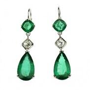 """Exkluzivní náušnice vyrobené z bílého 14karátového zlata zdobené přírodními smaragdy a diamanty.  Smaragdy jsou velmi vysoké kvality - přírodní bez plniva, původem ze Zambie. Mají zářivě sytou modrozelenou až zelenou barvu, jsou brusu kapky a čtvercového polštářku tzv. """"pear cut"""" a """"cushion square cut"""". Celková váha smaragdů činí 12,05 ct (9,79 ct a 2,26 ct). Doplněno o brilianty o celkové váze 0,70 ct (2× 0,35 ct), barvě F - G a čistotě VS1 - Si.   #emeraldsearrings #exlusive_shot #cinolterantiques #prague #zambia🇿🇲 #emeralds #emeraldstone #gemstonejewelry #gemstones #jewellery #jewelrydesigner #diamonds"""
