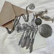 Máte i Vy doma starožitnost a přejete si ji prodat? 💍  Předměty není možné hodnotit pouze na základě fotografií a proto je nutné domluvit si schůzku přímo s panem Cinolterem, který provede odborné posouzení starožitnosti.   Děkujeme za pochopení a budeme se na Vás těšit v Maiselově ulici v Praze.   #antiquescinolter #prague #antiquesforsale #starozitnosti #silver #antiques