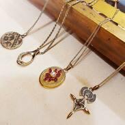 🇨🇿 Zlaté náhrdelníky 🌟 🌟 🌟  . . .  🇬🇧 Gold necklaces 🌟 🌟 🌟 . . . . . . . . #starozitnesperkyspribehem #nahrdelnik #secese #antique #historie #prague #slowfashion #cinolterantique #artnouveau #classic #floral #ruby #starozitnosti #fotkukazdejden #prosinec #maiselova #goldsmith #cesko #praha