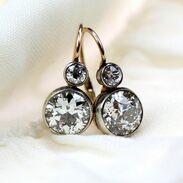 """Oslnivé náušnice, tzv. """"sněhuláci"""" vyrobené v 1. čtvrtině 20. století ve Vídni. Jedná se o absolutní klasiku zhotovenou ze zlata, kterou zdobí diamanty starého briliantového brusu o celkové váze 3,28 ct, barvě G - H a čistotě VS1 - Si1. Značeno rakousko-uherským puncem """"lišky"""" a písmenem """"A"""" (Vídeň).   #snowman #earrings #artdeco #diamonds #diamondsearrings #antiques #antiquesforsale #antiqueshop #prague #maiselova9 #antiquescinolter"""