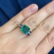 Zelená je barvou naděje, symbolizuje přírodu, hojnost a svěžest. Jeho úžasná barva nemá mezi ostatními drahými kameny obdoby. . Tento smaragdový prsten navíc zajímavě doplňují kontrastní safíry a diamanty 🌿 . . . 220 000 Kč /  8 800 € . . . . #smaragd #emeraldring #sapphire #šperky #starozitnosti #praha #antik #maiselova #starozitnesperkyspribehem #podzim #dnesnosim #czechgirls