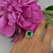 Prsten vyrobený z bílého 14karátového zlata zdobený krásným zambijským smaragdem o váze 2,85 ct a diamanty briliantového brusu o celkové váze 0,96 ct, barvy F - G, čistoty VS - Si.   #loveit #emerald #diamonds #ring #jewelry #jewellery #zambia #zambia🇿🇲 #zambiaemerald #gemstones #antiquescinolter #prague #hotnews #engagementring