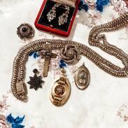 Památeční medailonky z dutého zlata jsou typické pro období Biedermeieru, měšťanského stylu v 1.polovině 19.století.   . . . . Memorial hollow gold medallions are typical of the Biedermeier period, a burgher style in the first half of the 19th century. . . #starozitnesperkyspribehem #cinolterantiques #biedermeier #diamant #jewellery #slowfashion #old #maiselova #jewishquarter #necklace #moments #nejlepsi #gold #sperky #antique #starozitnosti #dnesnosim #antiques #tripadvisor #pragueshopping  #instagood #instagood  #moda #igerscz