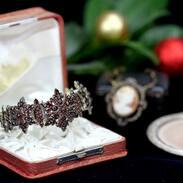 🇨🇿 Náramek vyrobený z českých granátů usazených v tombaku - speciální slitině kovů mědi a zinku užívané především pro granátové šperky v 2. polovině 19. století. . . .  🇬🇧 Bracelet made of Czech garnets set in tombac - a special alloy of copper and zinc metals used mainly for garnet jewelry in the second half of the 19th century. . . . 32 000 Kč / 1 231 € . . . . . . . . . . #starozitnesperkyspribehem #šperk #starozitnosti #women #boho #novinka #vyrobenovcesku  #art #antik #truebohemian #naruku #móda #rucnípráce #praha #zima #letojeskorotu #czechstyle #inspirace #ceskygranat #etickamoda #ceskamoda #dnesnosimcz #summer #bohemiadesign #love #vyrobenosrdcem #sperk #udrzitelnamoda