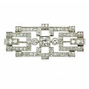 """Nádherná podélná brož vyrobená v období art-deco z platiny a zdobená diamanty o celkové váze 2,36 ct. Značeno československým puncem užívaným mezi lety 1929-1992 a mistrovskou značkou """"BS"""".  Centrální diamant briliantového brusu má váhu 0,41 ct, barvu G-H a čistotu Si1. Dále jej doplňuje 90 diamantů o celkové váze 1,95 ct. #artdeco #brooch #antiquescinolter #maiselova9 #prague #diamonds #gemstonejewelry #starozitnosti #antiquesforsale #antiquesofinstagram"""