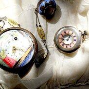 Starožitné kapesní hodinky ze stříbra zdobené smalty. . Smaltování je stará a široce užívaná technologie, která se po většinu své historie používá hlavně v klenotnictví a dekorativním umění. Od 18. století se smaltuje také na mnoho kovových spotřebních předmětů, jako jsou některé nádoby na vaření, ocelové dřezy a další. . Antique pocket watch made of silver decorated with salty. . Enamelling is an old and widely used technology that has been used in jewelry and decorative arts throughout the history of your history. Since the 18th century, it has been enamelled on many consumer items, such as cooking utensils, steel sinks and more. . . . . . #starozitnesperkyspribehem #cinolterantiques #artnouveau #pocketwatch #slowfashion #old #maiselova #jewishquarter #necklace #moments #nejlepsi #kapesnihodinky #sperky #antique #starozitnosti #dnesnosim #smalt #ach #praguepride #antiques #tripadvisor #pragueshopping #enamel #instagood #instagood #inst #hodinky #igerscz