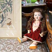 🇨🇿 Když se řekne starožitná panenka, vybaví se vám hororový film? Ne všechny starožitné panenky musí být nutně strašidelné 😊  Třeba tato z 20. let 20. století je přece rozkošná! . 🇬🇧 Not all antique dolls have to be legally scary :)) Beautifully preserved doll from the 1920s with a porcelain head, blue glass eyes and a celluloid body. The doll has a movable head, legs and arms. Unmarked.  11 000 Kč / 413 EUR . . . . . . . #starozitnesperkyspribehem #porcelain #artdeco #czechgirls #bluesky #haircut #retro #instagood #czech #starozitnost #vintagemood #realvintage #luxury #shop #igerscz #iglifecz #dolls #igczech #igdaily #doll #starozitnosti #blue #history #style #fashion #ottd #oldtimes #fashioninsta #sunshine #praha