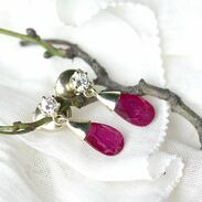 Náušnice vyrobené ze 14karátového žlutého zlata zdobí krásné přírodní rubíny, velmi pravděpodobně z Mosambiku o váze 2,04 ct a 1,78 ct a diamanty.  . . . Earrings made of 14 carat yellow gold are decorated with beautiful natural rubies, most likely from Mozambique weighing 2.04 ct and 1.78 ct and diamonds.  . . . 280 000 Kč / 10 769 EUR  . . . #earring #beauty #staromak #jewelry #cinolterantique #ruby #antiques #nausnicesrubiny  #starozitnosti #sperky #gold #krasakazdyden #zlatnik #jewelryart #vanityfairvintage #igerscz #antiquescinolter #kvetiny #krasa #diamonds #praha