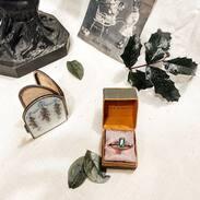 Listopad pomalu končí, už nakupujete vánoční dárky?  U nás si určitě vyberete! Link najdete v biu. 🎁  . . . . . . . . #starozitnesperkyspribehem #vanoceseblizi  #christmasmood #sundaymood #cute #silver #antiques #antiquescinolter #antiquescinolter  #present  #oldphotography  #emerald