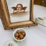 čtvrtek je malý pátek, tak jsme se rozhodli začít den čokoládičkou🤌🏾😁🍫 a ta dóza....? Tak ta byla...   vyrobená v období biedermeieru v 1. polovině 19. století z bílého kostního skla barveného do zelenkavých a růžových odstínů.   #goodmorning  #morningvibes  #chocolate  #prague #antiques #antiquescinolter  #biedermeier  #biedermeierstyle  #loveit #mejtekrasnyden #aesthetic  #aestheticedits