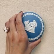 Josiah Wedgwood, znáte?  Byl to anglický hrnčíř, výrobce keramiky a průmyslník 18.století, navíc se za angažoval za zrušení otroctví 💙   Jeho výrobky byly ceněny za vysokou kvalitu, zajímal se o moderní trendy a jeho unikátní glazury se odlišovaly od jiných výrobků na trhu.   #wedgwood #josiahwedgwood #england #antiques #antiquesforsale #porcelain #ceramics #wedgwoodceramics