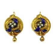 Visací náušnice s ověsky vyrobené v období biedermeieru kolem poloviny 19. století ze žlutého 14karátového dutého zlata zdobené jemným gravírováním, modrým smaltem a perličkami. . . Earrings with pendants made in the Biedermeier period around the middle of the 19th century from yellow 14k hollow gold decorated with fine engraving, blue enamel and pearls. . . #starozitnesperkyspribehem #hellofebruary #2021 #antique #historie #prague #slowfashion #cinolterantique #tulips #earrings #austriahungary #starozitnosti #prsten #antiqueslover #goldsmith #heartbeat #prague #nausnice  #yellowgold