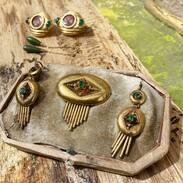 ZLATÁ SOUPRAVA - BIEDERMEIER ~~~~ pochází  z poloviny 19. století je tvořena broží a náušnicemi. Šperky jsou typické pro období biedermeieru, zdobené perličkami a imitacemi smaragdů. #biedermeier   #antiques #starozitnosti #biedermeierjewelry #jewellery #history #art #artistsoninstagram #artoftheday #sunday #prague #prazskestarozitnosti #oldtownsquareprague #maiselovasynagoga #cinolterantiques
