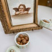 čtvrtek je malý pátek, tak jsme se rozhodli začít den čokoládičkou🏾😁🍫 a ta dóza....? Tak ta byla...   vyrobená v období biedermeieru v 1. polovině 19. století z bílého kostního skla barveného do zelenkavých a růžových odstínů.   #goodmorning  #morningvibes  #chocolate  #prague #antiques #antiquescinolter  #biedermeier  #biedermeierstyle  #loveit #mejtekrasnyden #aesthetic  #aestheticedits