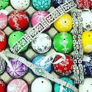 Hezké Velikonoční pondělí přejeme 🧚♀️  . . . Have a nice Easter Monday 🧚♀️ . . . #starozitnosti #goodmorning  #easter #antique #eastermonday #brooch #slowfashion #cinolterantique #maiselovaulice  #starozitnesperkyspribehem #pansyflower #statuette #porcelain #spring  #goldsmith #heartbeat #prague