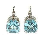 Z Á Ř I V É NÁUŠNICE S TOPAZY A BRILIANTY ~~~   Moderní visací náušnice vyrobené z bílého 14karátového zlata zdobené přírodními topazy světle modré barvy o celkové váze 10,17 ct a 6 diamanty brilantového brusu o celkové váze 0,29 ct, barvy G - H a čistoty VS - Si. Klasické zavírání.   #gemstonejewelry #jewelry #jewellery #topaz #earrings #antiquescinolter #prague #goodmorning #springvibes #springaccessories