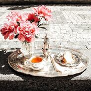 🇨🇿 Pozdní  snídaně na stříbrném podnose u Antiques Cinolter ☘️ . 🇬🇧 Afternoon breakfast on a silver platter at Antiques Cinolter ☘️ . . . . . . . #snidane #silver #prague #nasezahrada #antiquestore #breakfastlover #antiques #babovka #pivonky #starozitnosti #peonies #artdeco #instagood #goldsmith #prvnirepublika #vanityfairvintage #igerscz #snidaneutiffanyho #breakfastattiffanys #nastribrnempodnose #brunch #cinolter #antiquescinolter