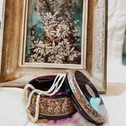 Elegantní opálové šňůry v dóze z ametystového skla značky Moser.  Elegant opal necklace in a Moser amethyst glass. . . . . . .  #starozitnesperkyspribehem #czechrepublic #bracelet #magnificentcombination #cinolterantique #travelcz #tripadvisor #love #flower #heritage #sperk #gold #slowfashion #gotogether #beutyandbeast #instagood #opals #klenoty #moser #antiqueshop #shoppingonline #luxury #igerscz #antiquelover #lovevintage