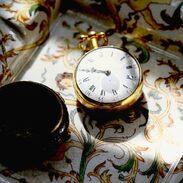 🇨🇿 Kapesní hodinky jsou ideálním dárkem k narození miminka 🧡 . . .  🇬🇧 Pocket watches are an ideal gift for the newborn baby. 🧡 . . . . . . . . #antique #historie #prague #slowfashion #cinolterantique #hodinkee #antiques #anglie #pocketwatch #starozitnosti #hodinky #kapesnihodinky #newborn #goldsmith #miminko #prague #igerscz #zari #hermes #cinolter