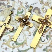 Zlaté kříže vyrobené v období biedermeieru v první polovině 19.století.  . . Gold crosses made during the Biedermeier period in the first half of the 19th century. . . .  #starozitnosti #hellomarch #2021 #antique #historie #prague #slowfashion #cinolterantique #biedermeier #starozitnesperkyspribehem #oldpstcard #starozitnosti #naramkovehodinky #diamonds #goldsmith #heartbeat #prague #zlato #dama