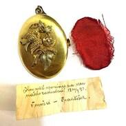 🇨🇿 Zlatá brož - přívěsek, kterou František věnoval Toničce ze vzpomínky na jejich zasnoubení 20. července 1890. . . .  🇬🇧 Gold brooch - a pendant that František donated to Tonička from the memory of their engagement on July 20, 1890. . . . . . . . . . . #starozitnesperkyspribehem #laska #love #czech #czechgirl #memory #rodina #antik #praha  #miluju #czechboy #svatba #baby #family #starozitnosti #prague #historie #maminka #czechrepublic #nature #smile #wedding #girl #igerscz