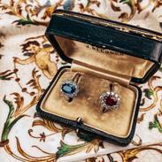 Souboj 🏾 Který z prstenů se Vám líbí víc - se safírem nebo rubínem?  • • •  . . . #starozitnosti #sapphire  #spring  #antique #historie #rubin #slowfashion #cinolterantique #ruby  #starozitnesperkyspribehem #diamond #starozitnosti #prsten #diamonds #goldsmith #heartbeat #prague
