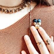 Ručně vyrobené šperky, kterým někdo v minulosti věnoval svůj čas, mají většinou krásně promyšlené detaily a prakticky fungují do dnes - nikdy nezestárnou. . . Handmade jewelry, to which someone sent his time in the past, usually has beautifully details and practically works to this day - it will never become old. . . #šperk #historie #starožitnost #šperky #history #women #czech #boho #czechrepublic #novinka #handmadejewellery #ceskarepublika #hollidays #umeni #voda  #sadrecz #praha #zlato #prague #naruku #cz #travel #móda #priroda #ručnípráce #cesko #kveten