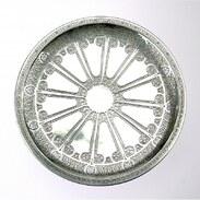 """Kulatý tác na nožce (nástolec) na servírování dezertů od stříbrnické firmy Tiffany & Co. Vyrobeno ze stříbra vyšší ryzosti (Ag 925/1000). Vrchní strana je bohatě zdobena reliéfním ornamentem.  Značeno """"M"""" dle jména tamějšího prezidenta společnosti, Johna C. Moora II. (1907-1947). Výrobní číslo 18385 odkazuje na rok výroby tohoto designu (od roku 1912).   #tiffanyandco #silver #antiquescinolter #maiselova9 #praha #starozitnosti #antiquesofinstagram #antiquesforsale"""