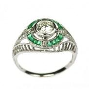 Art deco prsten vyrobený v období 20. - 30. let 20. století z bílého 14karátového zlata zdobený diamanty a smaragdy. Centrální kámen diamant briliantového brusu o váze 0,60 ct, barvě H a čistotě VS1 doplňují diamanty 4× 0,02ct, 4× 0,01 ct a smaragdy 16× 0,03 ct.   #artdeco #emerald #artdecoring #antiquescinolter #maiselova9 #praha #starozitnosti #diamonds