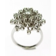 Prsten vyrobený z bílého zlata připomínající bezový květ zdobený diamanty. Celková váha kamenů je 1,15 ct. . . A ring made of white gold resembling an elderflower decorated with diamonds. The total weight of the stones is 1.15 ct. . . . 45 000  Kč / 1731 € . . . . #ring #snowflake #prague #brilianty #cinolterantique #diamonds #antiques #prsten #ahoj #starozitnosti #sperky #gold #instagood #50leta #jewelryart #handmade #igerscz #antiquescinolter #dobrerano #art #antiquity #praha