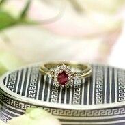 Zlatý prsten s přírodním rubínem a diamanty položený na krabičce zdobené technikou niello z 60. let 19. století. . . . Gold ring with natural ruby and diamonds placed on a box decorated with niello technique from the 1860s. . . . prsten 18 000 Kč / ring 693 € šňupka 5 000 Kč / box 193 € . . . #ring #loveyou #staromak #jewelry #cinolterantique #ruby #antiques #niello #snuffbox #starozitnosti #sperky #gold #futkukazdyden #zlatnik #jewelryart #vanityfairvintage #igerscz #antiquescinolter #kvetiny #krasa #antiquebox #praha