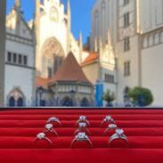 🇨🇿 Tenhle výhled nás asi nikdy neomrzí. Překrásné diamantové prsteny, které si s sebou nesou své příběhy, a synagoga zalitá jarním sluncem. . . . 🇬🇧 We'll never get tired of this view, the beautiful diamond rings with stories and the synagogue flooded with the spring sun! . . . . . . . . #starozitnesperkyspribehem #goodmorning #antiques #jewishquater #diamond #diamant #peonies #bluesky #love #jaro #morningritual #cupofcoffee #dobrerano #praha #prague #antiques #maiselova #cinolterantique