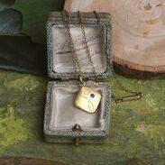 Přívěšek ze zlacené mědi zdobený přírodním safírem modré chrpové barvy. Řetízek je ze 14karátového zlata.  #antiquescinolter #pendant #maiselova9 #artnouveau #prague #starozitnosti #jewellery  #šperky