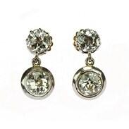 🇨🇿 Třpytivé art-deco náušnice ze 20.- 30. let 20. století. Čtyři starobrusné brilianty jsou o celkové váze 3,51 ct jsou zasazeny do zlata. . . . 🇬🇧 Glittering art-deco earrings from the 20s-30s of the 20th century. Four old-cut diamonds with a total weight of 3.51 ct are set in gold. . . . 330 000 Kč / 12 453 € . . . . . . #starozitnesperkyspribehem #artdeco #loveyou #praha #maiselova #diamonds #sperk #antiques #leto020 #starozitnosti #earrings #instagood #goldsmith #nausnice #vanityfairvintage #igerscz #ano #historie #dnesnosim  #cinolter #antiqueprague #antiquescinolter