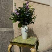 jaro ~ k němu neodmyslitelně patří květiny.. a u nás najdete i velký výběr různých váz 🤌🏾 velké, malé, skleněné, porcelánové. Stačí si vybrat.   #goodmorning  #springvibes #flowers #vase #prague #love #antiques #antiquesvase #artnouveau #cinolterantiques #praha #oldtown