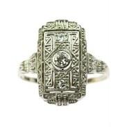 """Klasický art-deco geometrický prsten vyrobený z bílého 14karátového zlata zdobený starobrusnými diamanty o celkové váze 0,19 ct, barvě H a čistotě VS. Centrální kámen má váhu 0,13 ct. Značeno prvorepublikovým puncem """"lvíčka"""".   #artdeco #artdecodiamondring #antiques #prague #maiselova9 #antiquescinolter #jewelry"""
